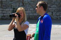 Девушка с большим фотоаппаратом.